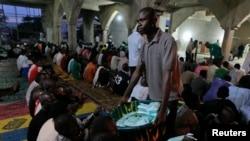 Ana raba kayan buda-baki sadaka lokacin azumin Ramadan a masallacin Nasfat dake Utako a Abuja, babban birnin Najeriya.