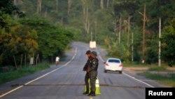 Policías en Honduras custodian la frontera con Guatemala.