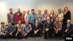 Auditor dan inspektur jenderal Indonesia bertemu dengan perwakilan inspektur jenderal Kantor Layanan Pos Amerika di Washington DC sebagai bagian dari program studi banding mereka di Amerika, 5/6/2014 (Foto: VOA/ Ika Inggas)