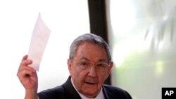 2月24日劳尔.卡斯特罗手举他兄长菲德尔.卡斯特罗亲临会场选举全国人民政权代表大会主席的选票
