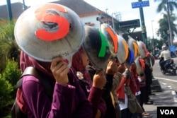 Pekerja Rumah Tangga (PRT) menggelar aksi menyuarakan aspirasi mereka di Yogyakarta. (Foto:VOA/ dok)
