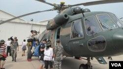 解放軍陸航四團向記者展示武器裝備