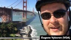Євген Виборов на фоні мосту Золота Брама у Сан-Франциско