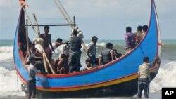 Hàng nghìn người Bangladesh nghèo khó cũng như người tị nạn sắc tộc Rohingya từ Myanmar đã ra khơi trong các chuyến đi đầy nguy hiểm.