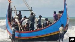 2012年11月7日缅甸罗兴亚穆斯林船民幸存者孟加拉国海岸获救