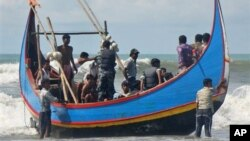 Nhiều người Hồi giáo Rohingya tìm đường vượt biển vì căng thẳng sắc tộc tại Miến Ðiện.