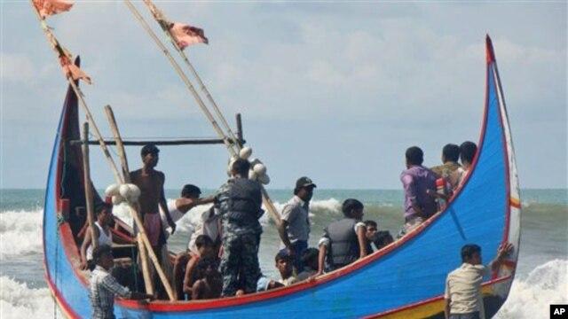 Nhiều người Rohingya dùng tàu thuyền để trốn chạy vụ xung đột và tìm việc ở Malaysia. Một số tới được Thái Lan như những người nhập cư bất hợp pháp.