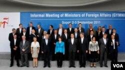 Para Menteri Luar Negeri Uni Eropa berpose sebelum pertemuan dua hari di Sopot, Polandia (Foto: Dok).