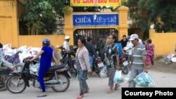 Bà con nghèo nhận quà từ thiện tại Chùa Liên Trì (Ảnh: Giáo hội Phật giáo Việt Nam Thống nhất)