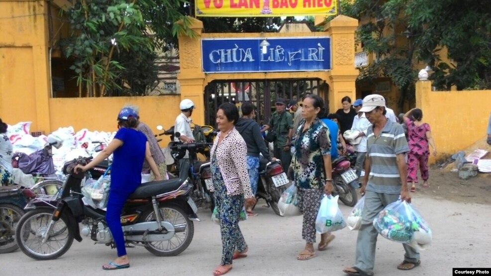 Bà con nghèo nhận quà từ thiện tại Chùa Liên Trì. (Ảnh: Giáo hội Phật giáo Việt Nam Thống nhất).
