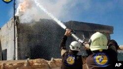 ေလေၾကာင္း တိုက္ခိုက္မႈေၾကာင့္ မီးေလာင္ေနေသာ အေဆာက္အအံုကို ဆီးရီးယား White Helmets မွ မီးၿငိမ္းေန