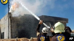 Foto yang dirilis oleh kelompok pertahanan sipil Suriah yang dikenal dengan nama kelompok Helm Putih (White Helmet) ini menunjukkan para pekerja tengah berupaya memadamkan api akibat serangan udara yang menghantam kota Maarat al-Nuaman, provinsi Idlib, Suriah, 25 Maret 2017. (Foto: dok).