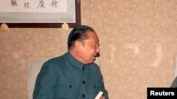 習仲勳文革後恢復名譽重返北京工作期間會見客人時留影