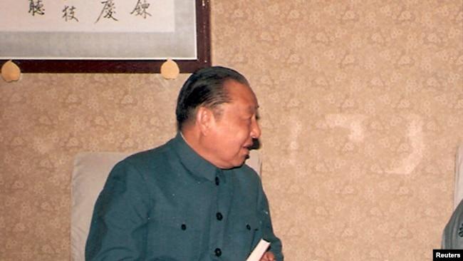 习仲勋文革后恢复名誉重返北京工作期间会见客人时留影(Reuters)
