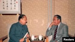 1987年,时任中国人大副委员长习仲勋(左)在北京与达赖喇嘛的兄弟贾洛·吞杜普(Gyalo Thondup)晤谈