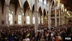 4月18日人們參加在聖十字大教堂為波士頓馬拉松賽爆炸案受難者的跨教派追思會。