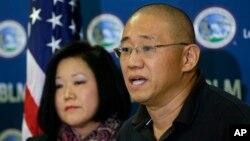 지난 2012년부터 2년간 북한에 억류됐다 풀려난 한국계 미국인 케네스 배(오른쪽) 씨가 미국으로 돌아온 다음인 지난 2014년 11월 워싱턴주 루이스-맥코드 기지에서 가족들이 지켜보는 가운데 기자회견을 하고 있다. 왼쪽은 여동생 테리 정 씨.