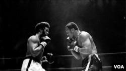 Joe Frazier (kiri) saat bertarung melawan Jimmy Ellis, 16 Februari 1970.