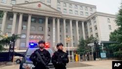 중국 허베이성 싱타이 중급인민법원 앞에 경찰관들이 보초를 서고 있다. (자료사진)