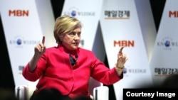 한국을 방문 중인 힐러리 클린턴 전 국무장관이 한국의 '매일경제'가 주최한 제18회 세계지식포럼에서 연설하고 있다. 사진 제공 = 매일경제.
