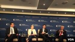 在纳德吉·罗兰新书发布会上。左起第一人为美国前副总统拜登的副国安顾问厄利·拉特纳