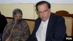 Almarhum Gubernur Punjab, Salman Taseer (kanan) yang dibunuh pengawalnya akibat menentang UU Penghinaan Agama (foto: dok.). Putera Salman Taseer diculik kawanan bersenjata.