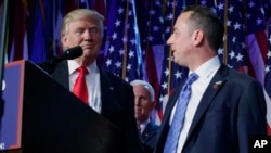 当选总统川普与共和党全国委员会主席莱因斯·普里伯斯在纽约参加一个竞选集会。(资料照片)