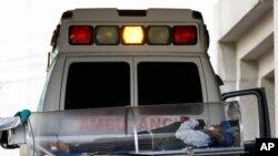 Un paciente es trasladado de una ambulancia al centro de tratamiento de COVID-19 en el Hospital General Dr. Carlos MacGregor Sánchez en la Ciudad de México, el domingo 10 de enero de 2021.