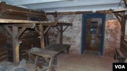 莫斯科古拉格紀念館中復制的集中營牢房。(美國之音白樺)