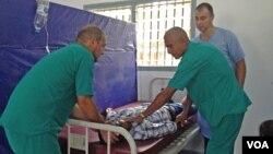 Petugas kesehatan Kuba melakukan latihan perawatan medis bersama seorang pasien yang baru sembuh dari Ebola, Mohamed Turay di Waterloo, Sierra Leone (foto: dok).
