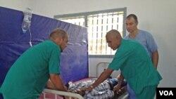 Un centre de traitement pour malades du virus à Ebola en Sierra Leone (Nina deVries/VOA)