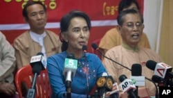 Pemimpin oposisi Myanmar Aung San Suu Kyi dalam sebuah konferensi pers di kantor pusat partai Liga Nasional untuk Demokrasi (NLD) (5/11). (AP/Khin Maung Win)