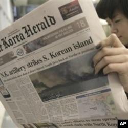 南韓人民閱讀有關北韓襲擊的報章報導