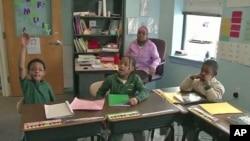巴尔的摩一所以非洲裔美国学生为主的伊斯兰学校学生上课