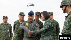 Presiden Taiwan Tsai Ing-wen (tengah kanan) berbicara dengan pilot AU Taiwan saat simulasi penyerangan China dalam latihan militer Han Kuang di Changhua, Taiwan, 28 Mei 2019.