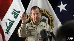 Chủ tịch ban Tham mưu Liên quân Đô đốc Mike Mullen phát biểu tại cuộc họp báo ở Baghdad, ngày 2/8/2011