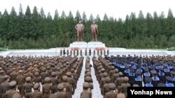 지난해 8월 북한 청년절을 맞아 김일성, 김정일 동상 앞에서 열린 북한군인들의 결의모임을 조선중앙통신이 보도했다. (자료사진)