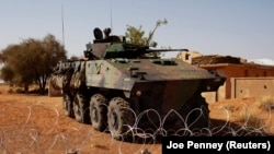 Un engin blindé est garé devant la base militaire française à l'aéroport malien de Gao, le 9 mars 2013.