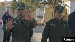 Des gendarmes assurent la sécurité près d'un poste de police a Amenas, Algérie, 19 janvier 2013.