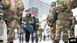Tentara Belgia memeriksa para pejalan kaki di Brussels (23/3), sehari pasca serangan di bandara dan stasiun kereta api di kota itu.
