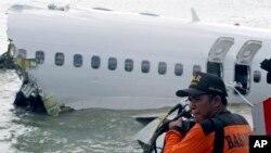 Nhân viên cứu hộ bên chiếc máy bay gặp nạn của hãng Lion Air.