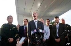 El gobernador de Florida, Rick Scott informa a la prensa sobre el tiroteo en el aeropuerto de Fort Lauderdale.