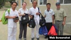 북한 의료진이 미국의 구호단체 '조선의 그리스도인 벗들'이 제공한 왕진가방을 들고 있다. 사진 출처: 조선의 그리스도인 벗들 웹사이트. (자료사진)