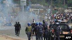 Quân đội trung thành với tổng thống tự tuyên bố đắc cử, ông Laurent Gbagbo, đụng độ với người biểu tình ủng hộ ông Ouattara ở Abidjan, 16/12/2010