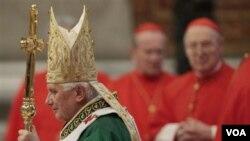 Paus Benedictus XVI pada saat perayaan misa mengakhiri pertemuan para Uskup gereja Katholik untuk membahas masalah Timur Tengah di Basilika St. Peter, Vatikan hari ini, 24 Oktober 2010.
