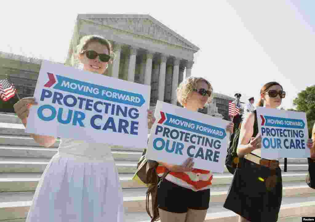 Partidarios de la Ley del cuidado de Salud frente a la Corte Suprema en Washington.