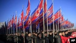 朝鲜人在平壤金日成广场游行。