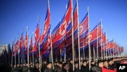 北韓人在平壤金日成廣場遊行