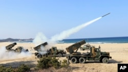 지난 3일 한국 고성에서 한국군이 130mm 다연장로켓포 사격 훈련을 실시했다. (자료사진)