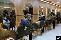 Suasana di Salon Kecantikan Ms. Sadat di Kabul, Afghanistan, Minggu, 25 April 2021.